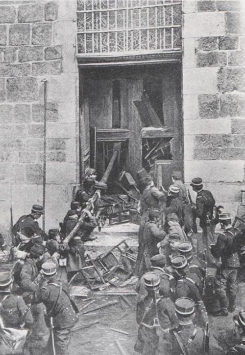 1905-2-armee-enfonce-portes-eglises.jpg