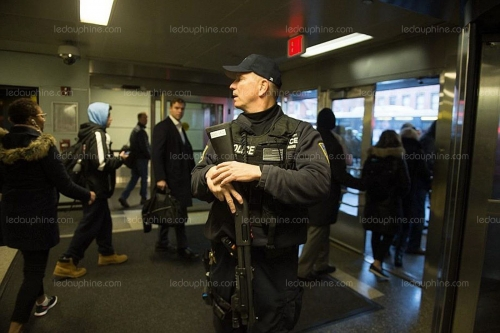 un-policier-new-yorkais-a-la-gare-de-port-authority-a-manhattan-photo-afp-1512999616.jpg